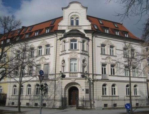 Dachgeschossausbau, Aufzugs- und Balkonanbau, Rekonstruktion der Stuckfassade u.a.