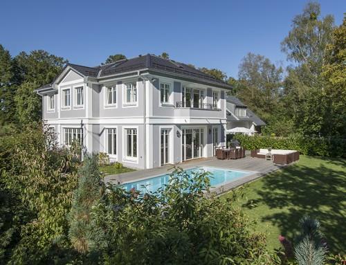 Neubau einer Villa mit Pool und Doppelgarage